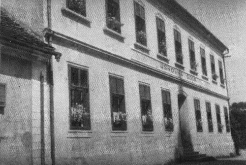 Učenci od 1. do 4. razreda so obiskovali pouk v zgradbi pri cerkvi.